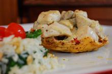 Συνταγή: Κοτόπουλο με μανιτάρια, πέστο βασιλικού, κρέμα γάλακτος, λευκό κρασί, κρεμμύδι, παρμεζάνα, ρύζι, σπανάκι, κουκουνάρι