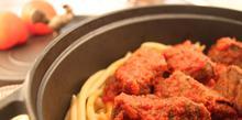 Συνταγή: Μοσχάρι με σάλτσα ντομάτα και μακαρόνια
