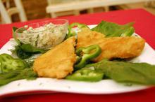 Συνταγή: Γλώσσα με φρυγανιά, μαγιονέζα, πιπεριά, αγγουράκι τουρσί