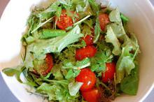 Συνταγή: Σαλάτα με μαρούλι, σέσκουλο, φύλλα κάπαρης, ρόκα, ντοματάκια Σαντορίνης