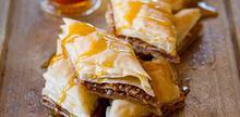 Συνταγή: Μπακλαβάς με φύλλα κρούστας, καρύδια, μέλι, γαρίφαλο, λεμόνι, βούτυρο, ζάχαρη άχνη, κανέλα,
