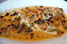 Συνταγή: Λαβράκι με κουκουνάρι, σταφίδες, ντομάτα, κρεμμύδι, βασιλικό, λευκό κρασί, αλεύρι