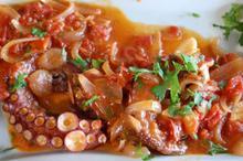 Συνταγή: Χταπόδι με ντομάτες, κρεμμύδι, σκόρδο, αλεύρι