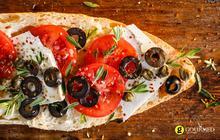Μπρουσκέτα Ελληνική με φέτα κάπαρη και ελιές