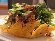 Τραγανή φωλιά με πράσινη σαλάτα και τυρί κρέμα