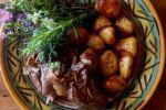 Της κατσαρόλας: κατσικάκι με φρέσκα μυρωδικά, της Καλής Δοξιάδη