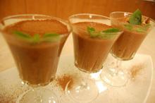 Συνταγή: Μους μόκας με δαμάσκηνα, βανίλια, τσίλι, μαυροδάφνη, κουβερτούρα, κρέμα γάλακτος
