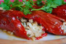 Συνταγή: Κόκκινες πιπεριές με κιμά μοσχαρίσιο, ρύζι, μαϊντανό, σάλτσα ντομάτας, ρίγανη