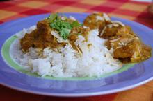 Συνταγή: κοτόπουλο με τζίντζερ, σκόρδο, κύμινο, τέρμερι, κάρυ, κανέλα, γαρύφαλλα, καρύδα, ζάχαρη, αμύγδαλο