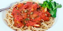 Συνταγή: Μακαρόνια με σαρδέλες, σάλτσα ντομάτας, κάππαρη, πιπεριές τσίλι, μαϊντανό, κρεμμύδι, σκόρδο,