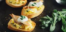 Συνταγή: Φρυγανισμένο ψωμί με ομελέτα, καπνιστό σολομό, σάλτσα μαύρης τρούφας, τυρί κρέμα, φασκόμηλο, παρμεζάνα, σχοινόπρασο, sour cream