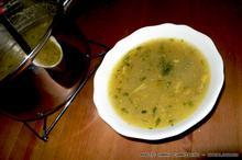 Φτηνά Βραδινά: Σούπα με πατάτα, κρεμμύδι και πράσινα φύλλα