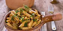 Συνταγή: Μακαρονάδα με σάλτσα ντομάτας, μελιτζάνα, αντζούγιες, σκόρδο, τσίλι, μαϊντανό και κρέμα γάλακτος