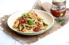 Σπαγγέτι με pesto, πικάντικες γαρίδες και ντοματίνια κονφί