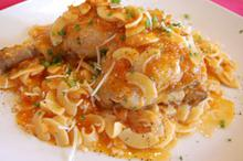 Συνταγή: Κοτόπουλο καπαμά, Μπούτι κοτόπουλου με κρεμμύδι, σκόρδο, σέλερι, καρότο, σχοινόπρασσο, δάφνη, κρασί, παρμεζάνα