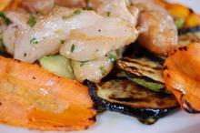 Συνταγή: Κοτόπουλο με λάιμ, λευκό κρασί, ηλιέλαιο, μαϊντανό, ρίγανη, θυμάρι, μοσχολέμονο