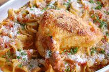 Συνταγή: Κοτόπουλο με χυλοπίτες, ξινομυζήθρα, στακοβούτυρο, ντομάτες, λευκό κρασί, κύμινο, σχοινόπρασα