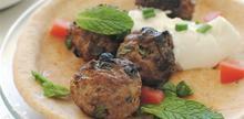 Συνταγή: Αρνίσια κεφτεδάκια με γιαούρτι, πιτάκια, αυγό, σταφίδες, κανέλα, δυόσμος, ντομάτα, κρεμμύδι