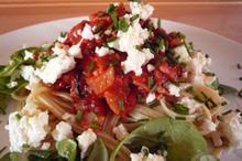 Συνταγή: Λιγκουίνι με ζαμπόν, κρεμμύδι, σάλτσα ντομάτας, γλυστρίδα, σχοινόπρασο, φέτα, κρασί