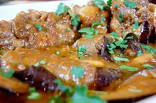Συνταγή: Μοσχαρίσια ουρά με μελιτζάνες, ντομάτες, κρεμμύδια, σκόρδο, ρετσίνα, ηλιέλαιο