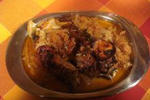 Συνταγή: Γριβάδι με κρεμμύδια, σάλτσα ντομάτας, δάφνη, μπαχάρι, ντομάτες, λεμόνι