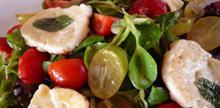 Συνταγή: Σαλάτα με φράουλα, σταφύλι, ντοματάκια Σαντορίνης