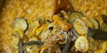 Συνταγή: Ριζότο με κολοκυθάκια, παρμεζάνα, σαφράν, φασκόμηλο