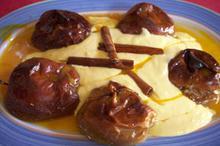 Συνταγή: Μήλα με αβγά, κρέμα τυρί, ζάχαρη, μανταρίνι, κανέλα, μέλι