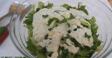 Σαλάτα πράσινη με σάλτσα δυόσμου