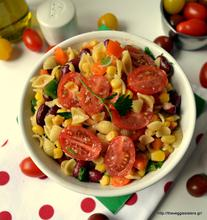 Refreshing pasta salad with veggies and red beans