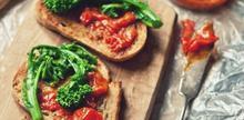 Φέτες ψωμιού με άλειμμα αντζούγιας, μαρμελάδα ντομάτας και ράπα - Συνταγές - Νηστικό Αρκούδι - Από τον Αγρό στο Πιρούνι