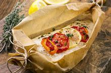 Παστός μπακαλιάρος με ντομάτα και θυμάρι στην λαδόκολλα