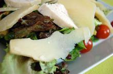 Συνταγή: Σαλάτα με λαχανικά κοτόπουλο και παρμεζάνα