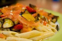 Συνταγή: Σαλάτα με πένες, μελιτζάνες, κολοκύθια, πιπεριές, κρεμμύδια, ταμπάσκο, θυμάρι, βασιλικό
