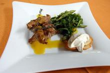Συνταγή: Αρνί με μουστάρδα, κατσικίσιο τυρί, κρέμα γάλακτος, τσάιβς, ρόκα, σπαράγγια, σκόρδο, μηλόξυδο, μέλι