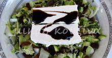 Σαλάτα πράσινη με ωμό κολοκύθι, ανθότυρο και σχοινόπρασο