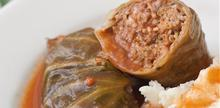 Συνταγή: Λαχανοντολμάδες με κιμά μοσχαρίσιο, κιμά χοιρινό, ρύζι, κρεμμύδι, σκόρδο, μαϊντανό, αυγό, πάπρικα, κύμινο, ζωμό μοσχαριού, κόκκινο κρασί, ντοματοπολτός