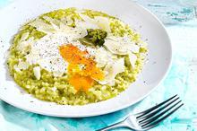 Ριζότο με σπαράγγια και αυγά ποσέ