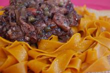 Συνταγή: Ταλιατέλες με χταπόδι, κρεμμύδια, ελιές, κόκκινο κρασί, δάφνη, ξύδι μπαλσάμικο, μπαχάρι, κάπαρη, ρίγανη