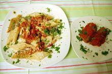 Συνταγή: Μοσχάρι με μπέικον, σκόρδο, λευκό κρασί, ντομάτες, ριγκατόνι, παρμεζάνα