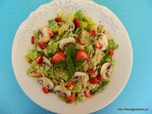 Πράσινη σαλάτα με μανιτάρια, φράουλες κ σάλτσα ταχινιού – Green mushroom strawberry salad with tahini sauce
