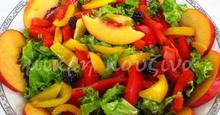 Σαλάτα πολύχρωμη, πλούσια σε βιταμίνες και αντιοξειδωτικά, με νεκταρίνια και βατόμουρα