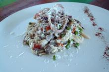 Συνταγή: Ρύζι με καλαμάρι, μύδια, μανιτάρια, αρακά, πιπεριά φλωρίνης, κρεμμύδι, καρολίνα, κρασί, τυρί