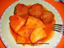 Κεφτεδάκια και πατάτες με σάλτσα κόκκινης πιπεριάς στην κατσαρόλα: ένα πιάτο απλώς υπέροχο!