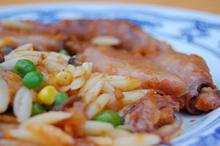 Συνταγή: Καλαμάρια με ντοματάκια, κριθάρι, αρακά, καλαμπόκι, μανιτάρια