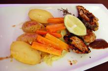 Συνταγή: Χοιρινά φιλέτα με πατάτες, καρότα, λάχανο, λευκό κρασί, θυμάρι, μουστάρδα, τσίλι, κάρδαμο