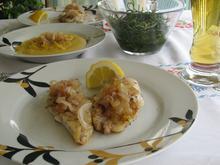 Φέτες ψαριού ψητές συνοδευμένες από καραμελωμένα κρεμμύδια και φάβα