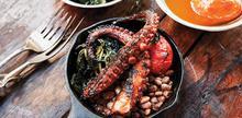 Συνταγή: Χταπόδι με ντομάτες,λάχανο, φασόλια, σκόρδο, λευκό κρασί, δεντρολίβανο, κόλιανδρο, αλάτι, πιπέρι, ξίδι