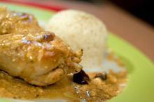 Συνταγή: Μπουτάκια κοτόπουλου με ελιές καλαμών, φέτα, ρίγανη, λεμόνι