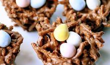 Συνταγή: Φωλιές πουλιών με νουντλς, σοκολάτα, βούτυρο, καραμέλα, φυστικοβούτυρο